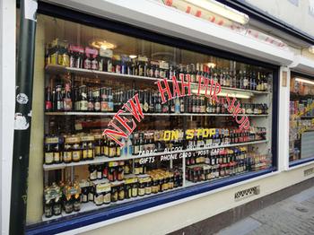 ベルギー ショーウィンドーから見える沢山のビール.jpg