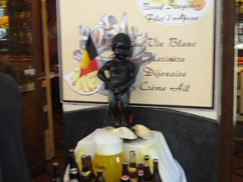 ベルギー ジュリアン君の像がお店の中に.jpg