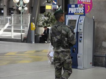 軍が見張りをしている.jpg